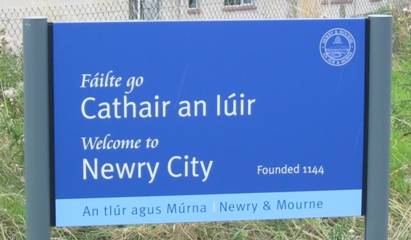 Bilingual_welcome_sign_Newry