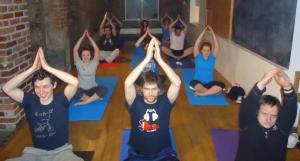 Rang de chuid Óga Yoga in Ionad Cois Teallaigh i mBaile Átha Cliath.