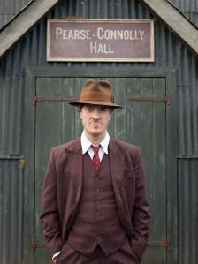 Barry Ward mar Jim Gralton ag an Pearse-Connolly Hall sa scannán Jimmy's Hall
