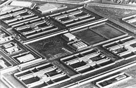 Príosún na Maighe / H-Blocanna na Ceise Fada, áit ar éirigh le príosúnaigh IRA dhá sciathán a Ghaelú ina nGaeltachtaí.